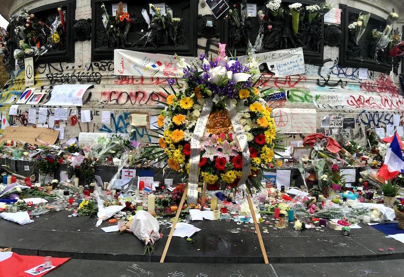 Floral tributes, Bataclan, Paris, Roberto Maldeno