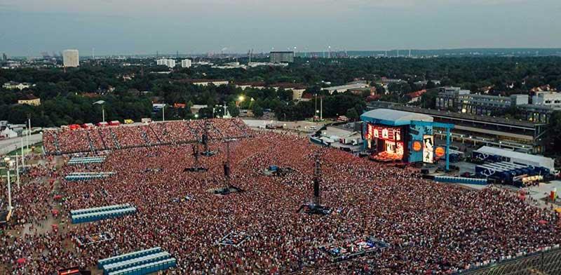 Resultado de imagen de ED SHEERAN PLAYS TO 80,000 FANS IN HAMBURG