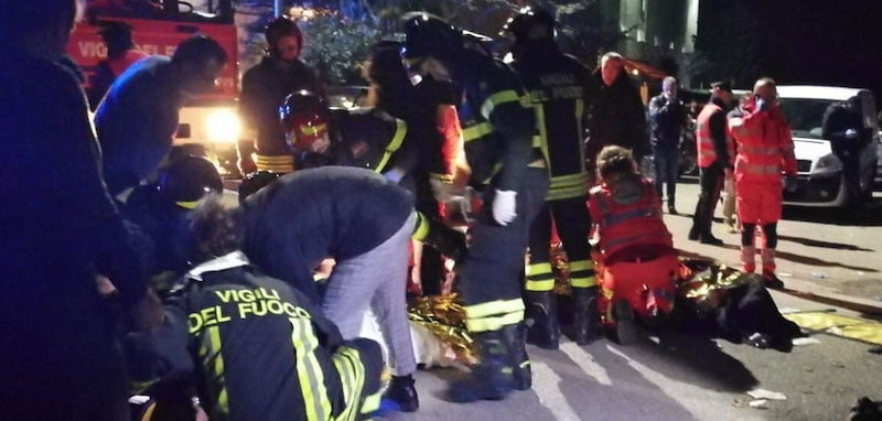 Firemen attend to victims of the Lanterna Azzurra crush